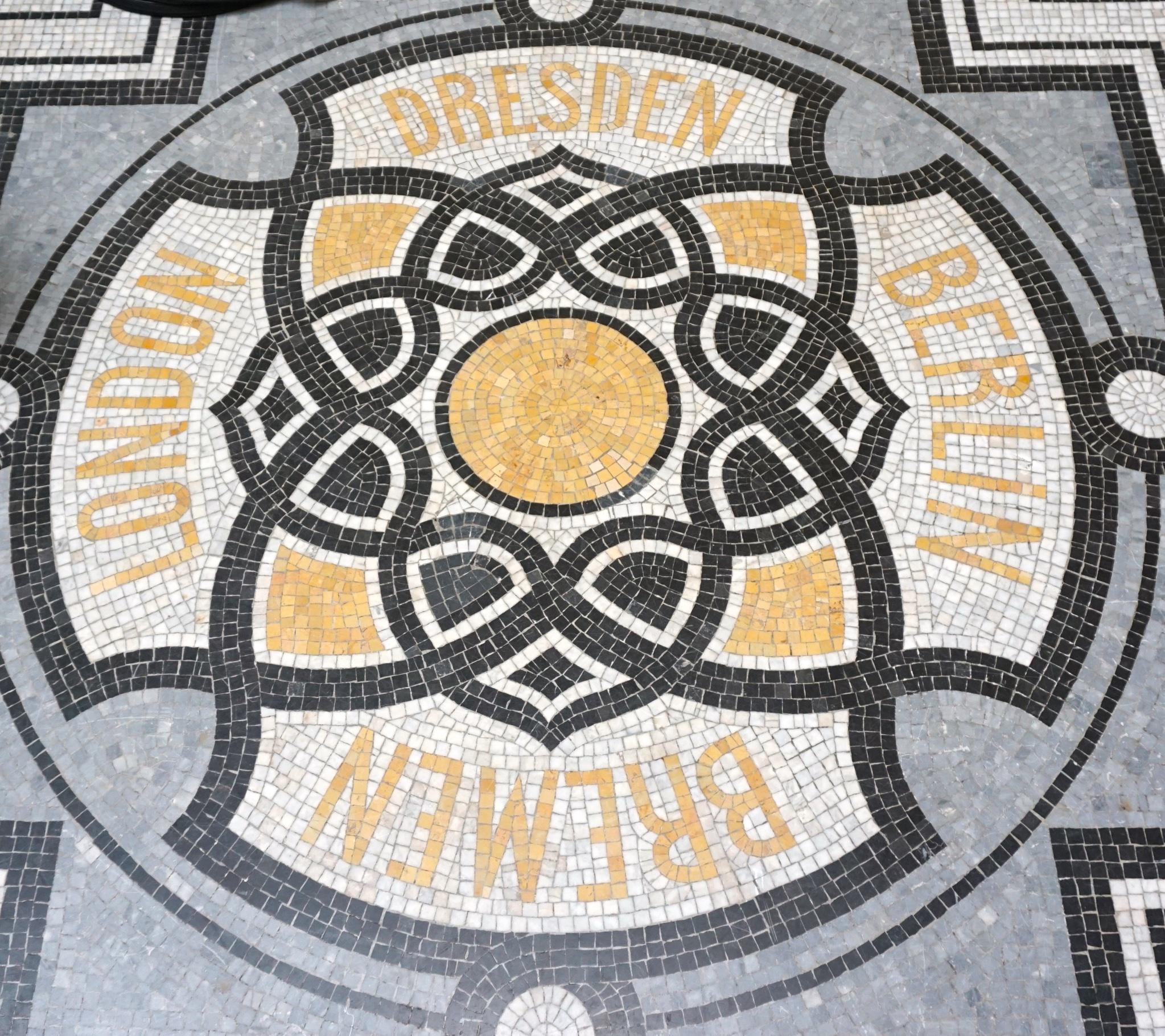 In der ehemaligen Schalterhalle: original Mosaikboden aus dem 19. Jahrhundert.
