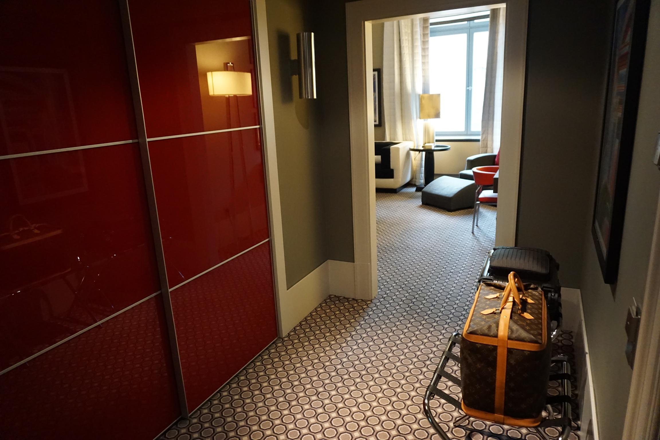 Eingangsbereich mit sehr großzügigem Kleiderschrank.
