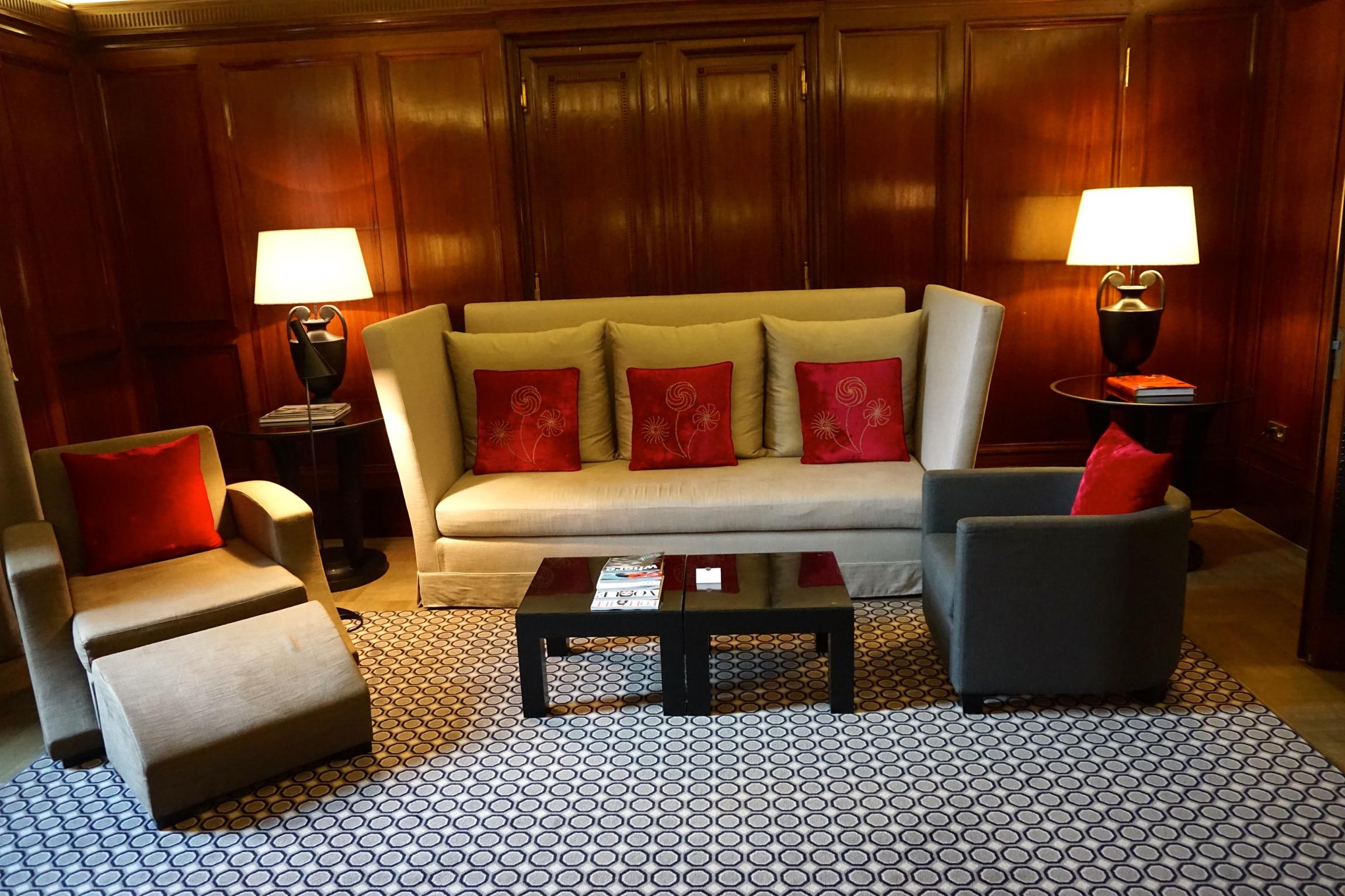 Eine der Direktoren Suites mit der original Wandvertäfelung. Die Suiten befinden sich im ersten Stock und haben einen Deckenhöhe von bis zu fünf Metern.