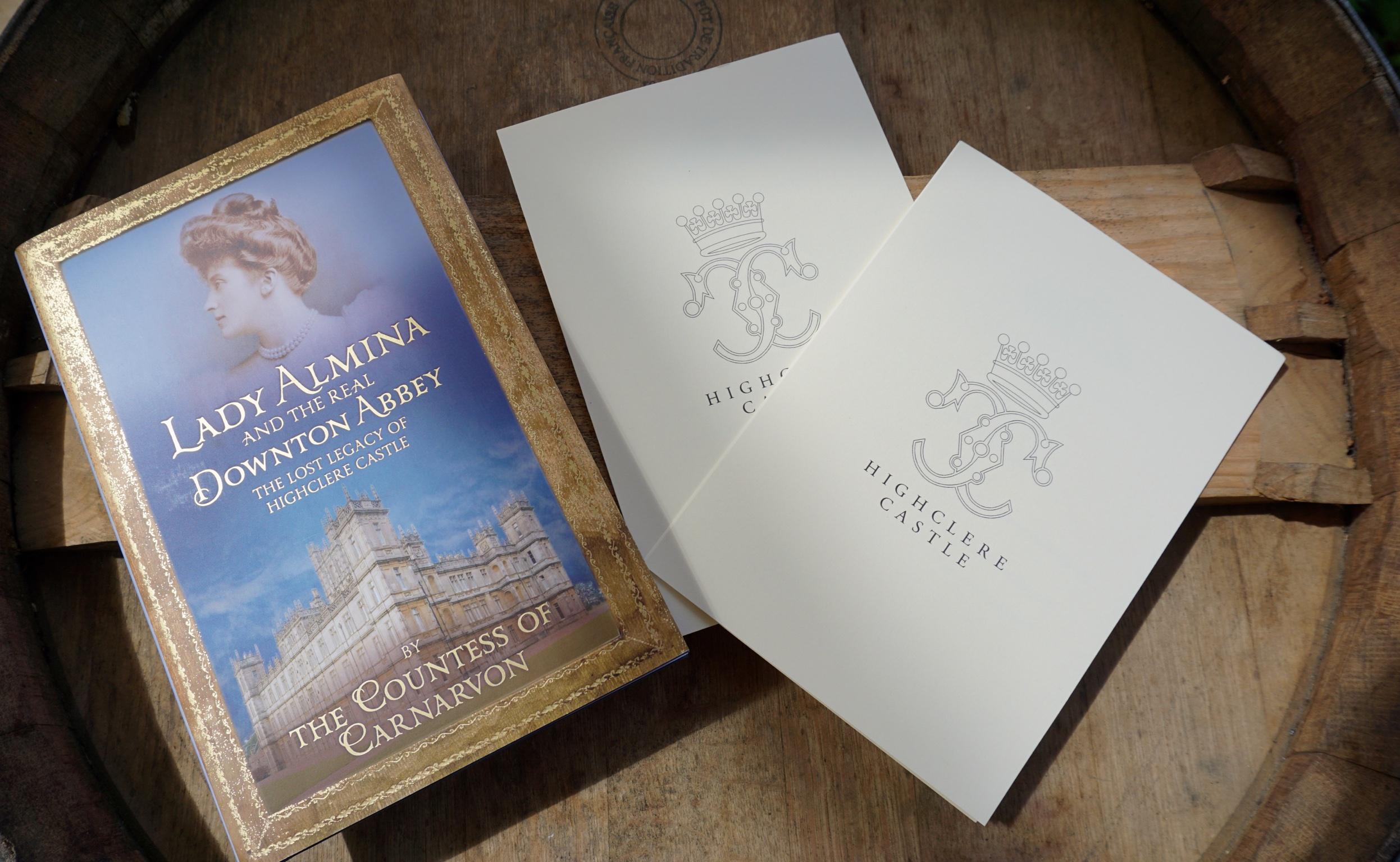 Eintrittskarten zu Highclere Castle und die Biographie von Lady Almina.