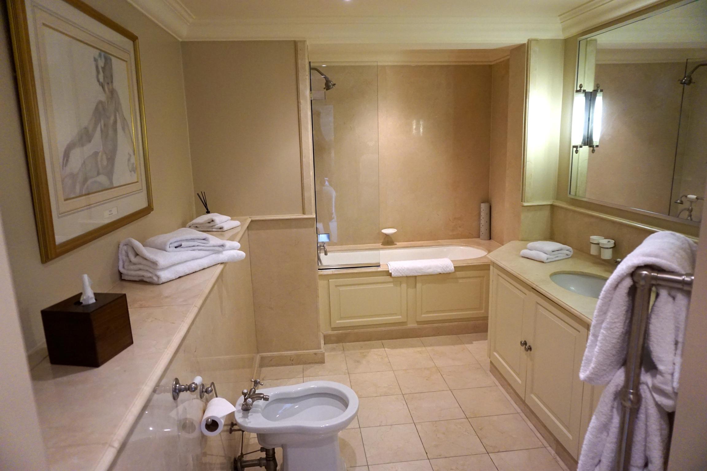 Großzügiges Badezimmer mit allem, was man sich wünscht.      kb