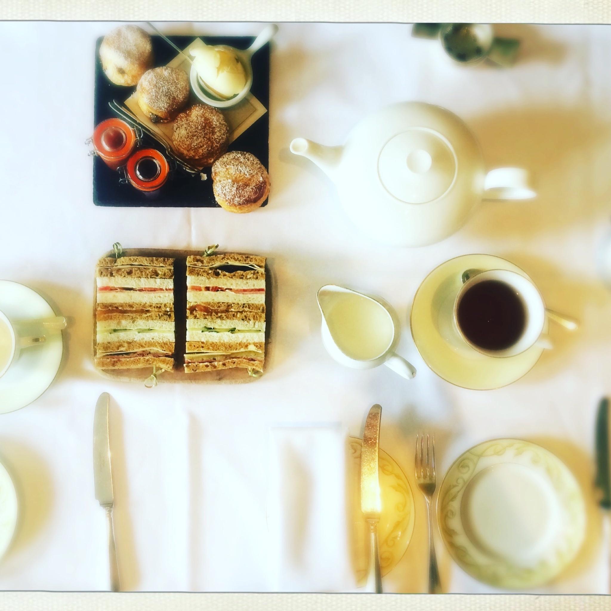 Teatime,für mich   überra  schend reichhaltig. Und extrem lecker!Beim anschließenden Abendessen im Hotel war ich etwas lustlos. Sehr schade, denn das Restaurant ist wirklich exzellent.