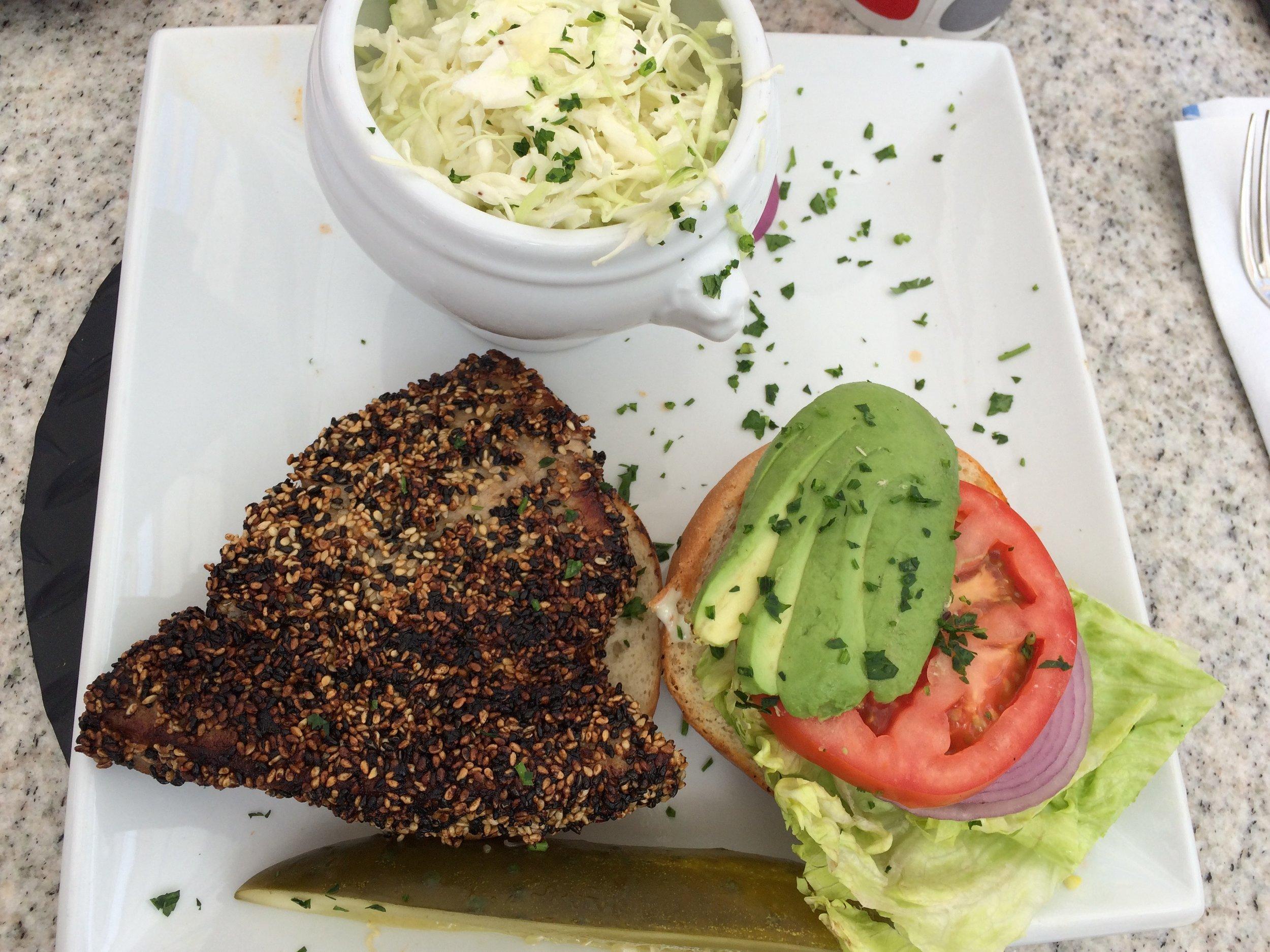 "Das ""Ahi Tuna Sesame Seaved"" Sandwich im Paradise Cove"