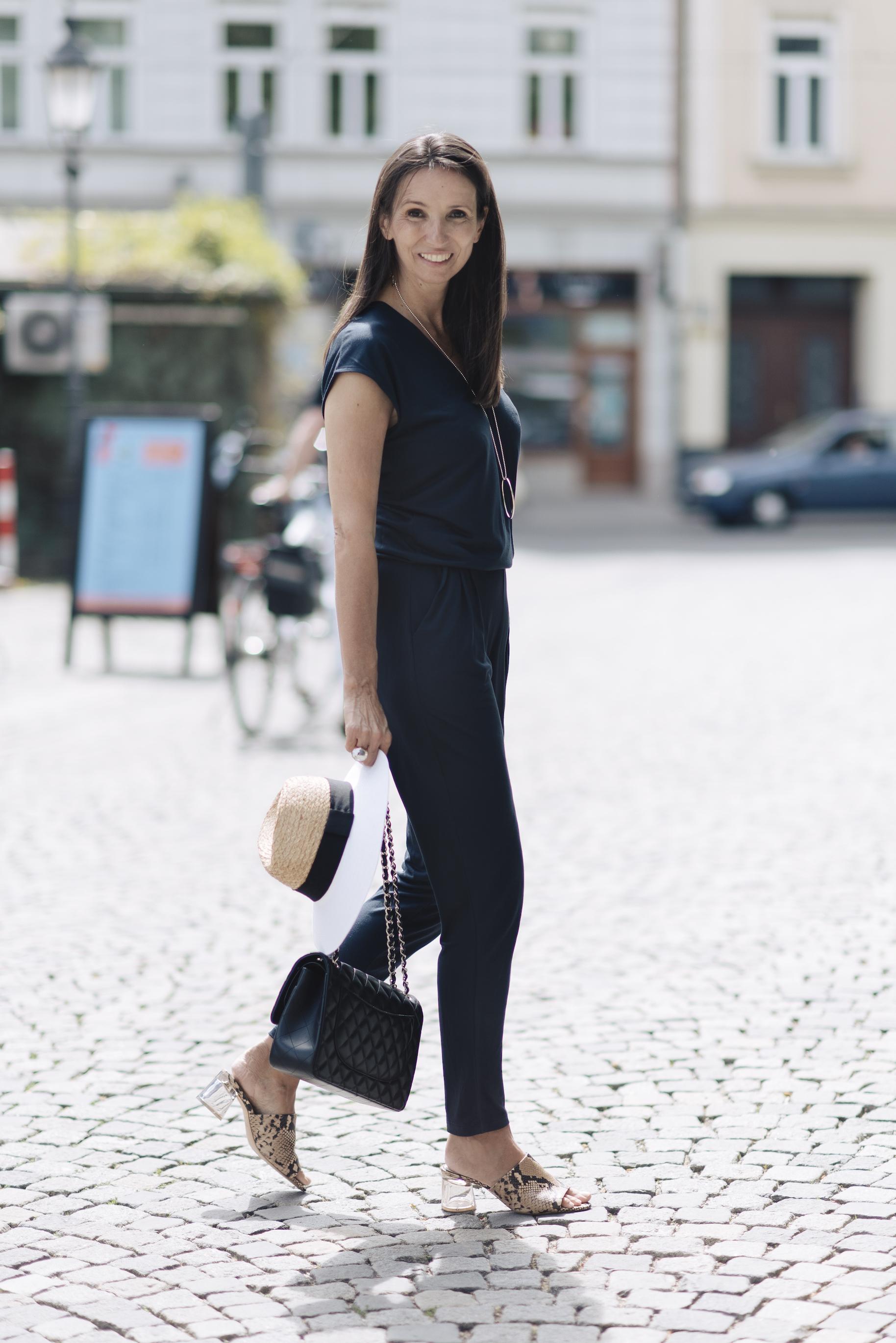 BeFifty Blog für nachhaltige Mode Jumpsuit von LANIUS und Strickjacke von LANIUS. Greenwear modisch und gut gestylt. Beate Finken Blog für Frauen über 40 und ab 50. BeFifty Mode für Frauen über 40. Greenwear.