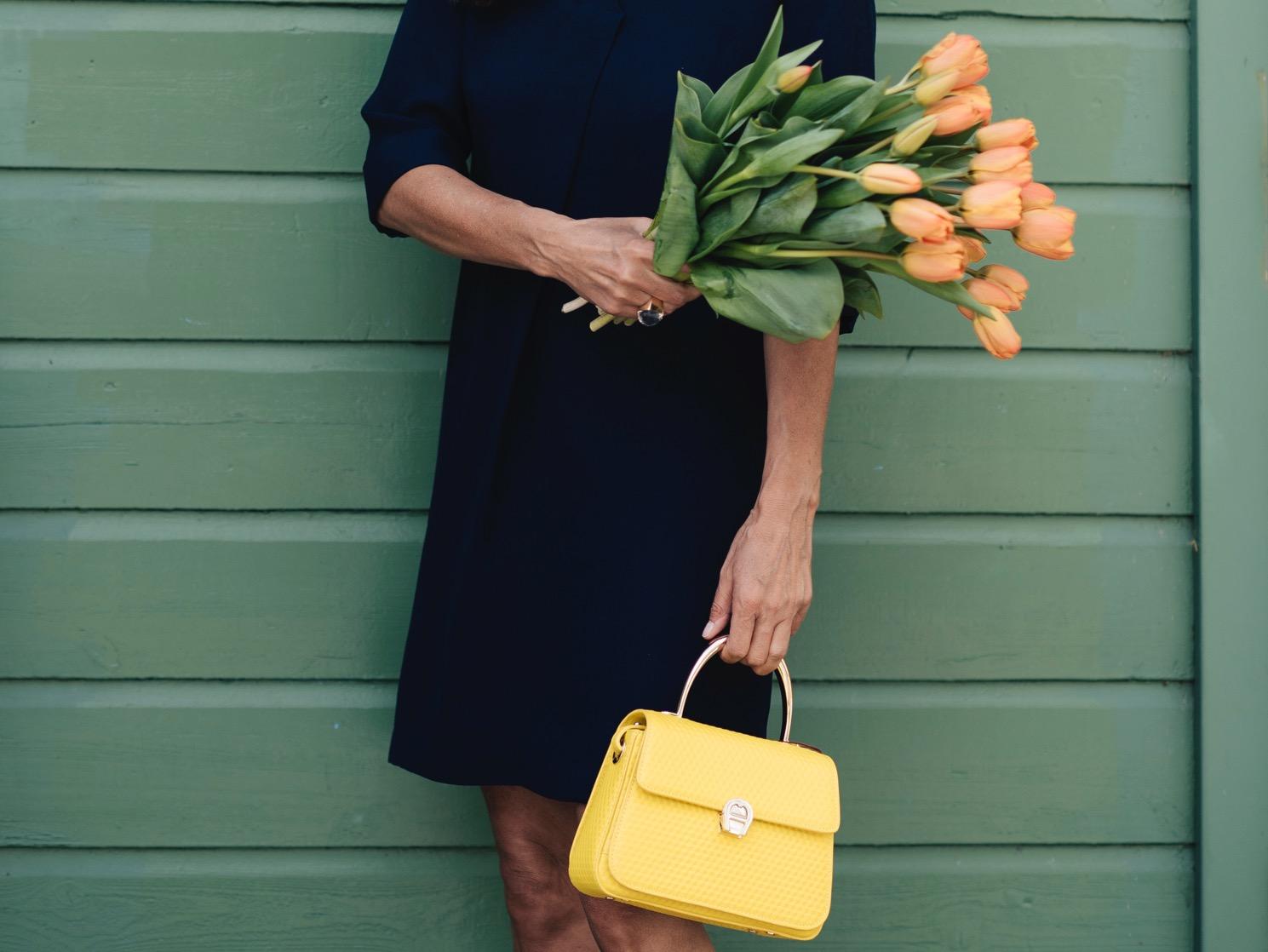 Klassisches Kleid in A Linie Olsen Fashion Beate Finken Bloggerin bei BeFifty Stylingtipps Sommer und Kleider Blog für Frauen über 40 und ab 50 Figuttipps für Frauen über 50 Blaues Kleid und gelbe Tasche und gelbe Schuhe