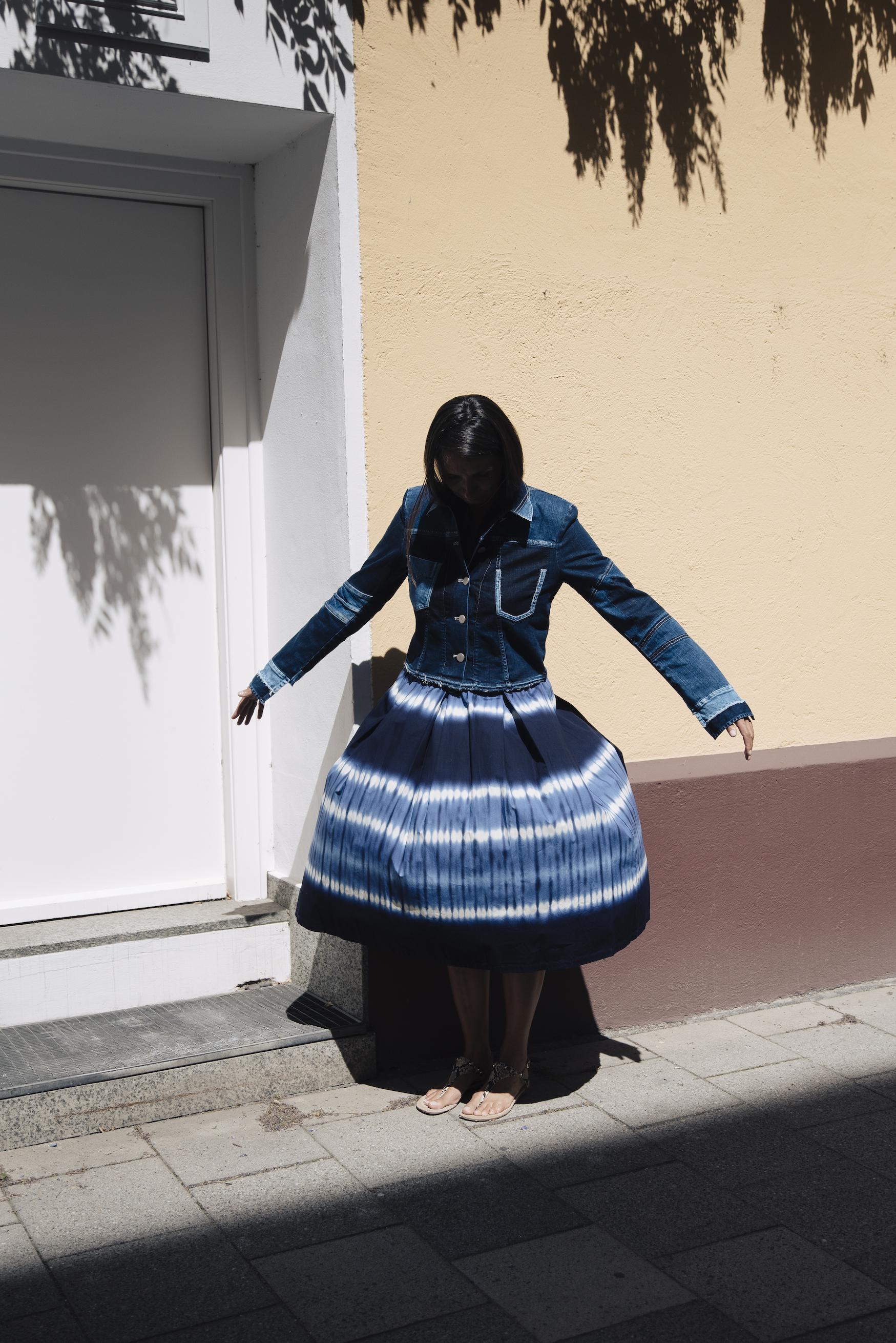 Beate Finken Blog für Frauen über 40 und ab 50 Fashion Looks für Frauen über 50 Batik Rock von Zara Schuhe von Zara Jeans Jacke von High Fashion.