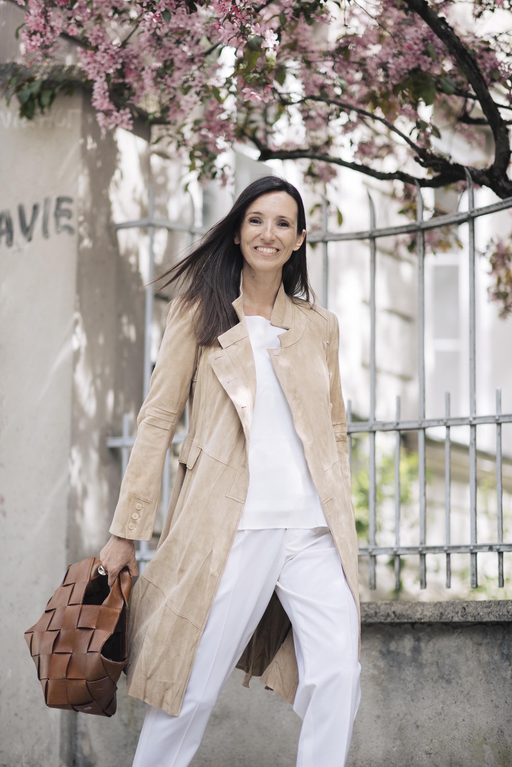 Beate Finken Blog BeFifty Cooler Sommerlook mit weiter Hose und hellem Ledermantel Monochromer Look in weiß Mode für Frauen über 40 und ab 50 Mode für Frauen in den Wechseljahren HIGH by Clair Campbell