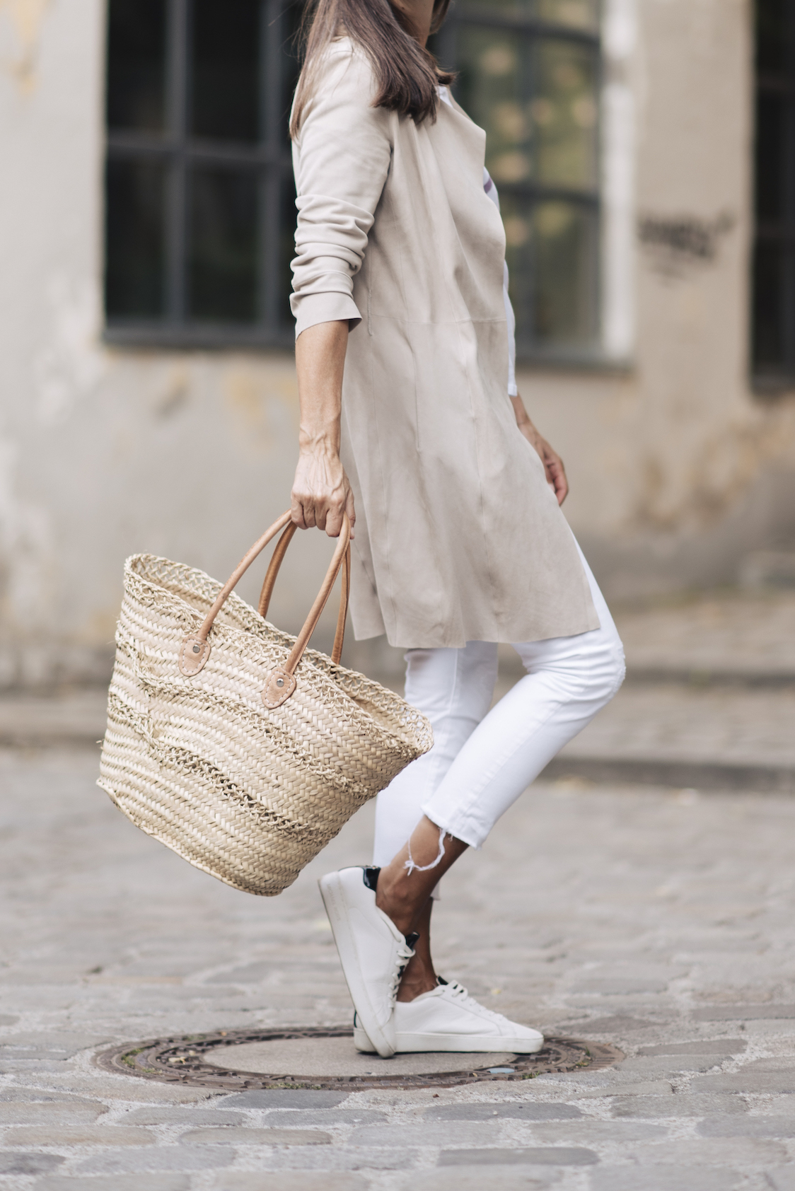 BeFifty Blog für Frauen über 40 und ab 50, Stylingtipps heller Ledermantel, weiße Jeans und weißes T-Shirt. Mode für Frauen über 40 und ab 50. Beate Finken