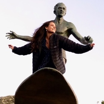I got this pic from my daughter Indi yesterday.  Made my heart sing… Although she's not a mad keen surfer, she does surf and surfing is in her blood.  When she went down to Freshwater the other day and checked out Dukes statue she couldn't help herself but jump up and get up close and personal with our hero and BIGGEST of Kahuna's the Duke to pick up some of the mana. How's her style? Ahhhh that's my little waterwoman in full flight.  I love it that you love it Indi and long my you run…. love dad