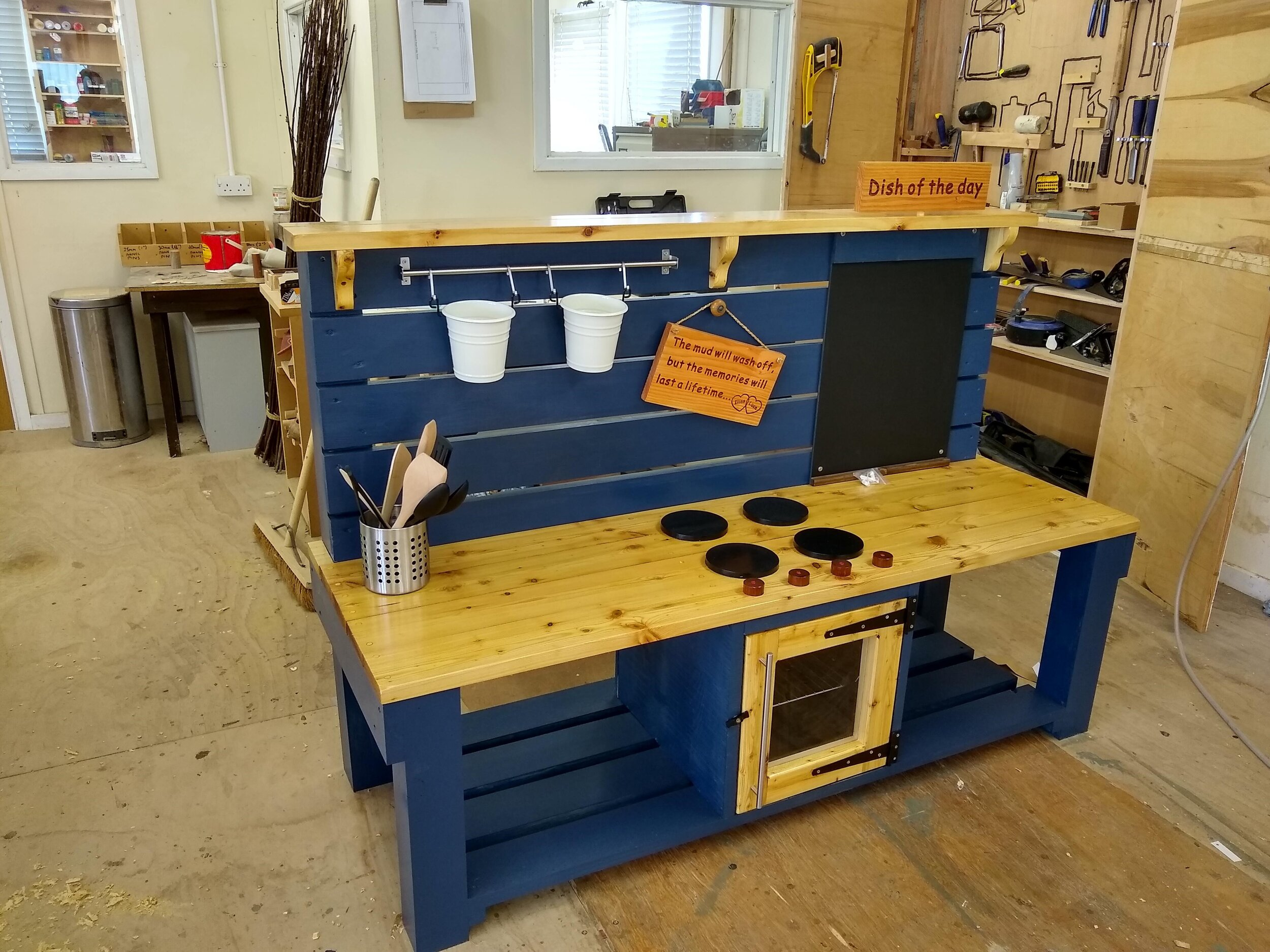 The finished mud kitchen.