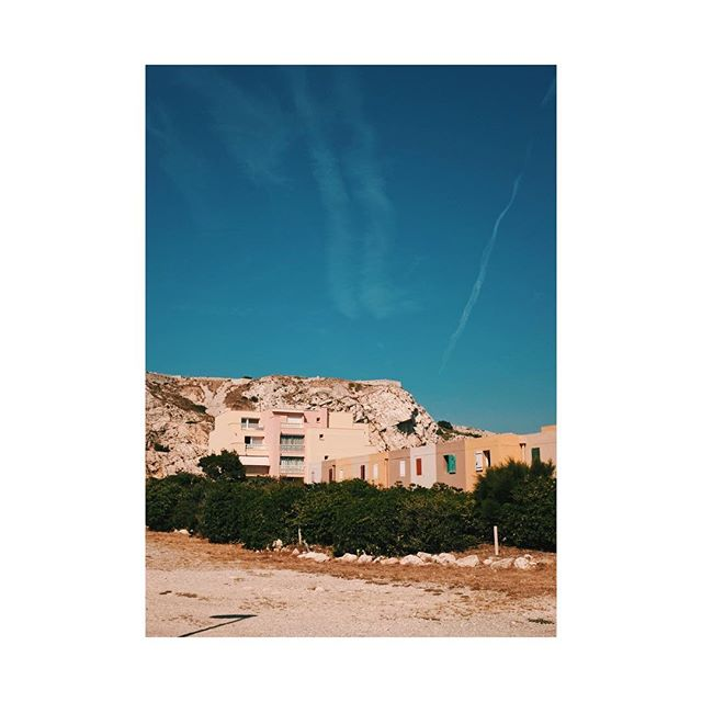 Marseille lines. . . . . #planelines #beachhouses #frioulisland #marseille #blueskies #composition #instadaily #travelphotography