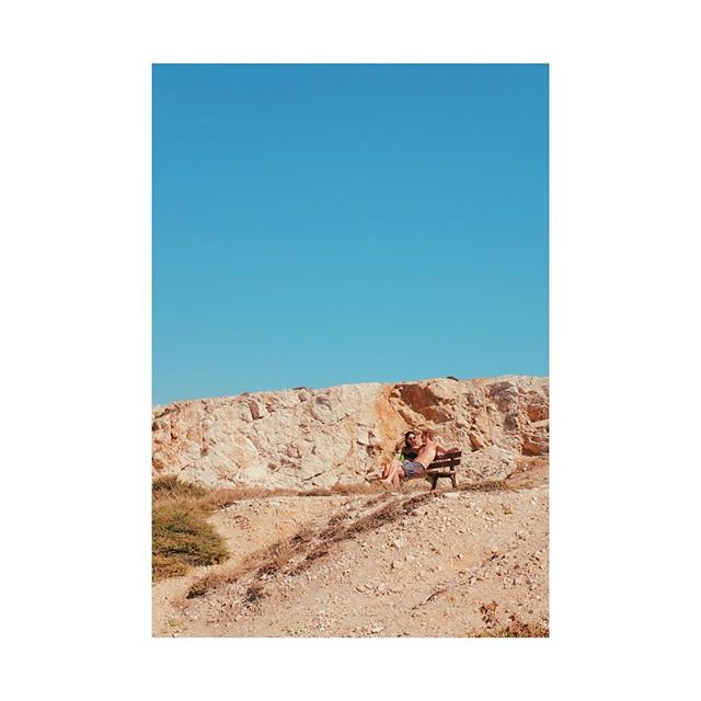 Lovers taking some quiet time and chatting (and blending in to the sand with their tans!) @bellslight @championdale . . . . . #frioulisland #marseille #couples #bench #chats #instagood #instadaily #sandcolour