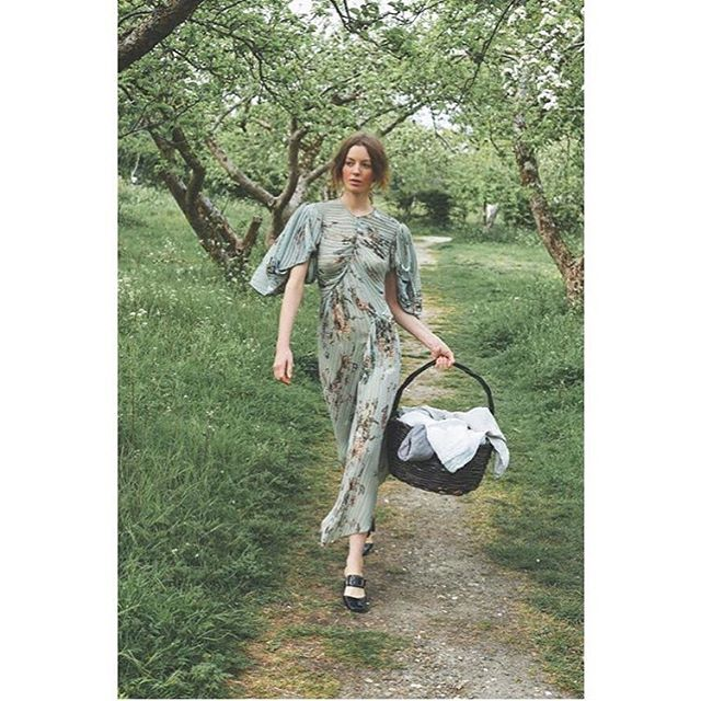 I don't do nature but if it's as chic as this feature in Elle Serbia by photographer @tiffanymumford I can get behind it. #memorialdayweekend #picnic