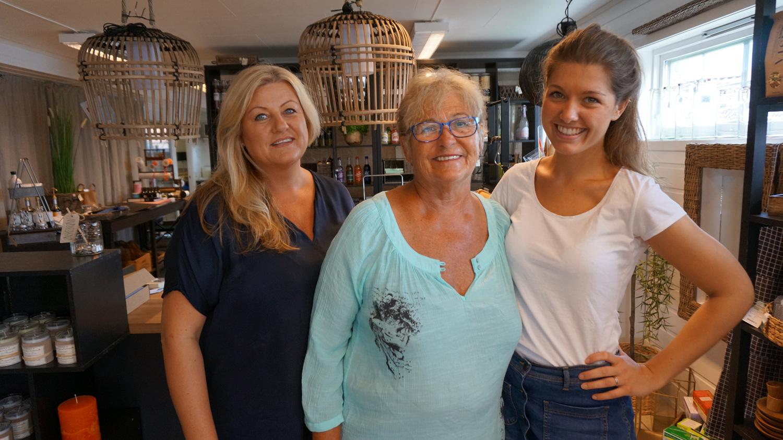 Gry (til venstre)hadde lenge drømt om å åpne en egen butikk. Drømmen gikk i oppfyllelse i 2009. Her er tre generasjoner samlet i butikken.Unni Bustgaard (snart 75), her sammen med svigerdatter og barnebarnet Frida (23).