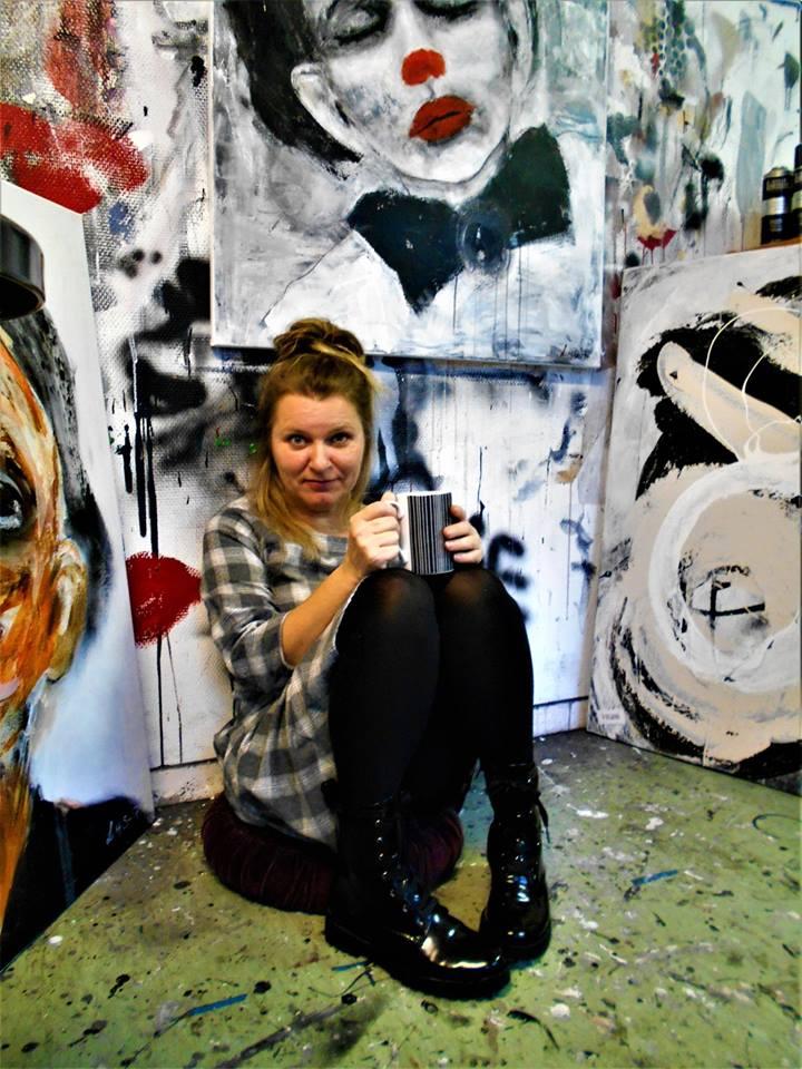 Jeg er Linda Syvertsen - Juryert medlem av NFUK.Jeg startet å male for få år siden og det ble raskt en lidenskap for meg. Jeg er for det meste selvlært bortsett fra noen tegne/male kurs i 2014/15. For tiden har jeg atelier i Artilleriverkstedet, et nyetablert kreativt miljø for kunst og kulturnæring i Horten, hvor jeg maler daglig.Jeg maler ekspressive, intuitive portretter på lerret eller akvarellpapir. Jeg bruker akrylmaling og kull, og liker å holde meg til fargene hvit, sort og en hudfarget nyanse.Mine portretter starter alltid med en følelse, ikke alltid en bevisst følelse, men plutselig langs prosessen i å skape et portrett i fri fantasi, oppstår det et uttrykk i portrettet som gjenspeiler mitt humør der og da. Så gjennom prosessen gir portrettene mine meg en dypere forståelse og en større selv-innsikt.Motivasjonen min for å male er for å utrykke meg og å oppnå en flyt uten å behøve å tenke når jeg maler. Mine portretter er ærlige, usminka, direkte og autentiske.Dette gjør arbeidet mitt veldig personlig og veldig meningsfylt for meg. Og jeg håper at andre som betrakter bildene mine, også kan kjenne igjen noen av følelsene i disse portrettene og reflektere selv over hva de opplever og kjenner på