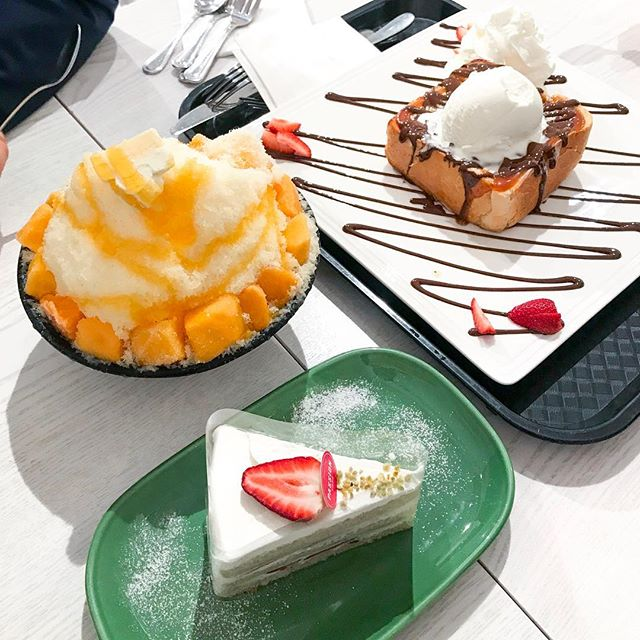 When you can't decide which dessert you want, get three! #Mango #Cheesecake Snowflake #Bingsoo + #Chocolate #Honeybread + #Strawbery Victoria | #passiontree #thesweetspot