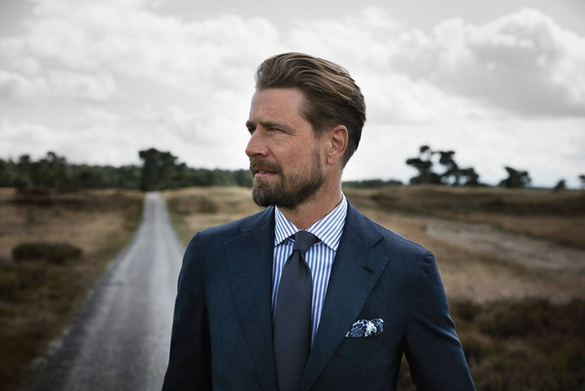 Above:   with solid blues, a fine, intricate design pocket square adds elegance and interest to a classic ensemble.  image: courtesy Instagram @pauwmannen