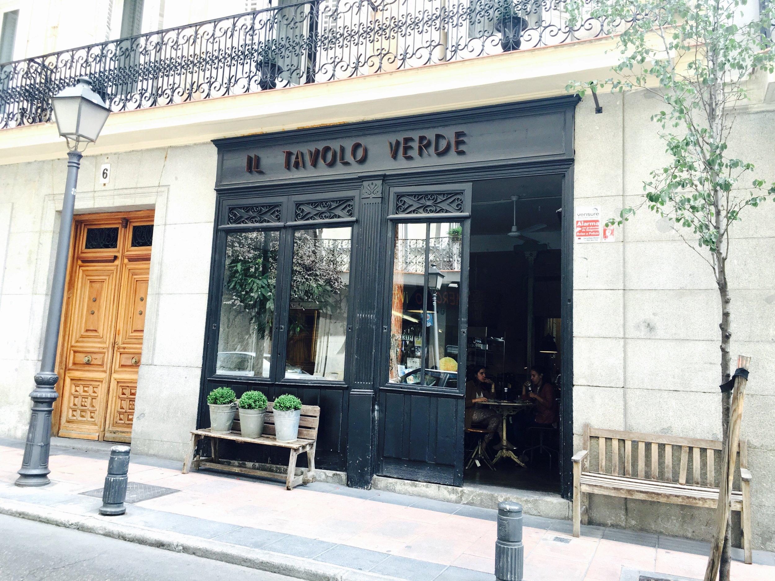 Entrada de madera pintada muy bonitaCalle Villalar, 6, 28001 Madrid  Teléfono:  +34 918 05 15 12   Email:  info@iltavoloverde.com   Web:  http://www.iltavoloverde.com
