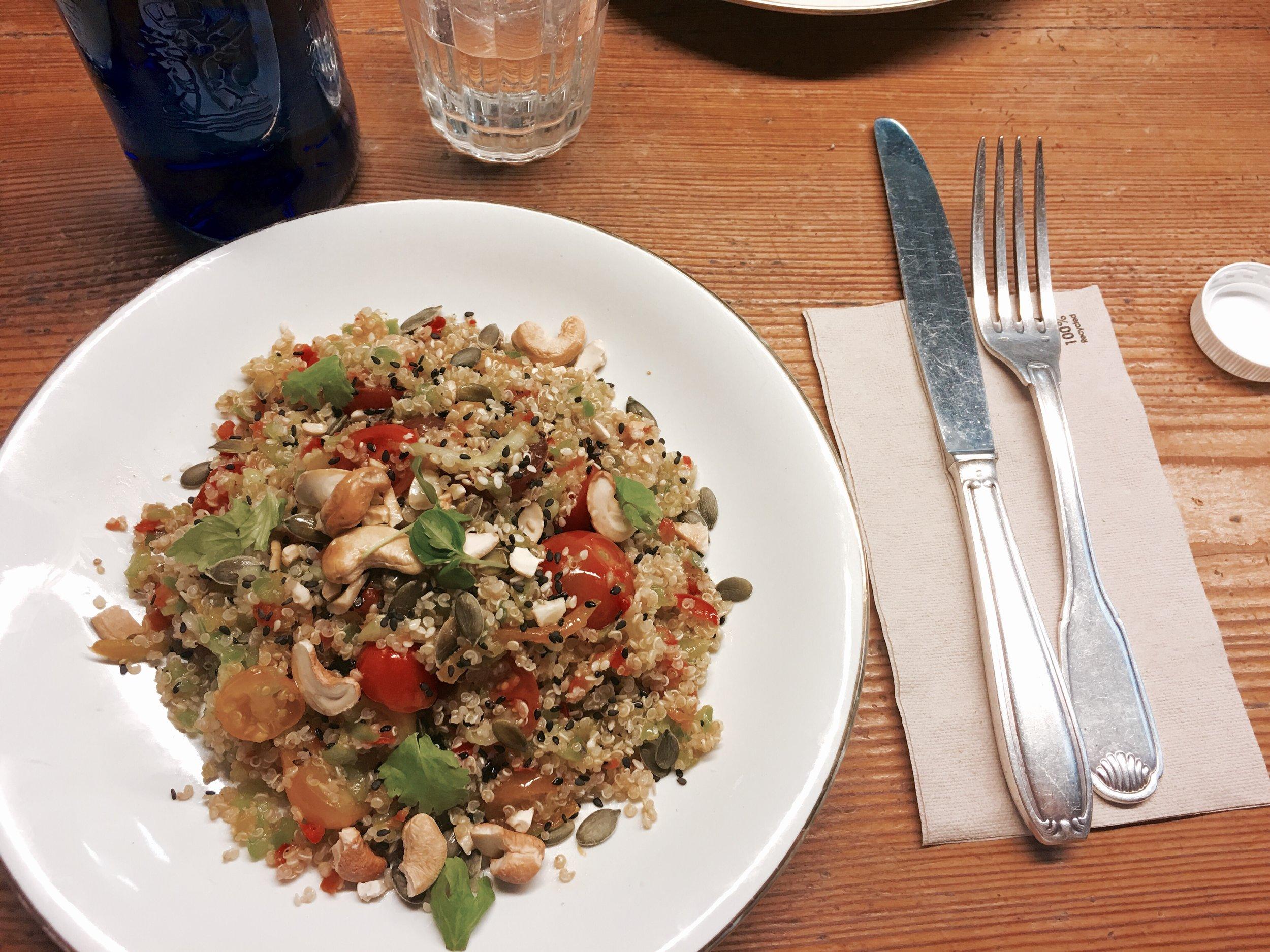 Ensalada de quinoa con anacardos, pepino y verduras.
