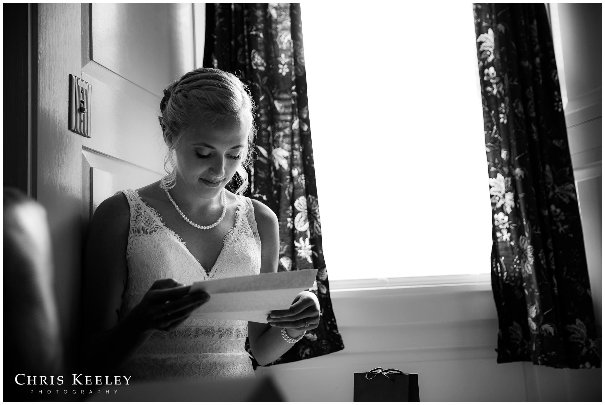 bride-reading-letter-from-groom.jpg
