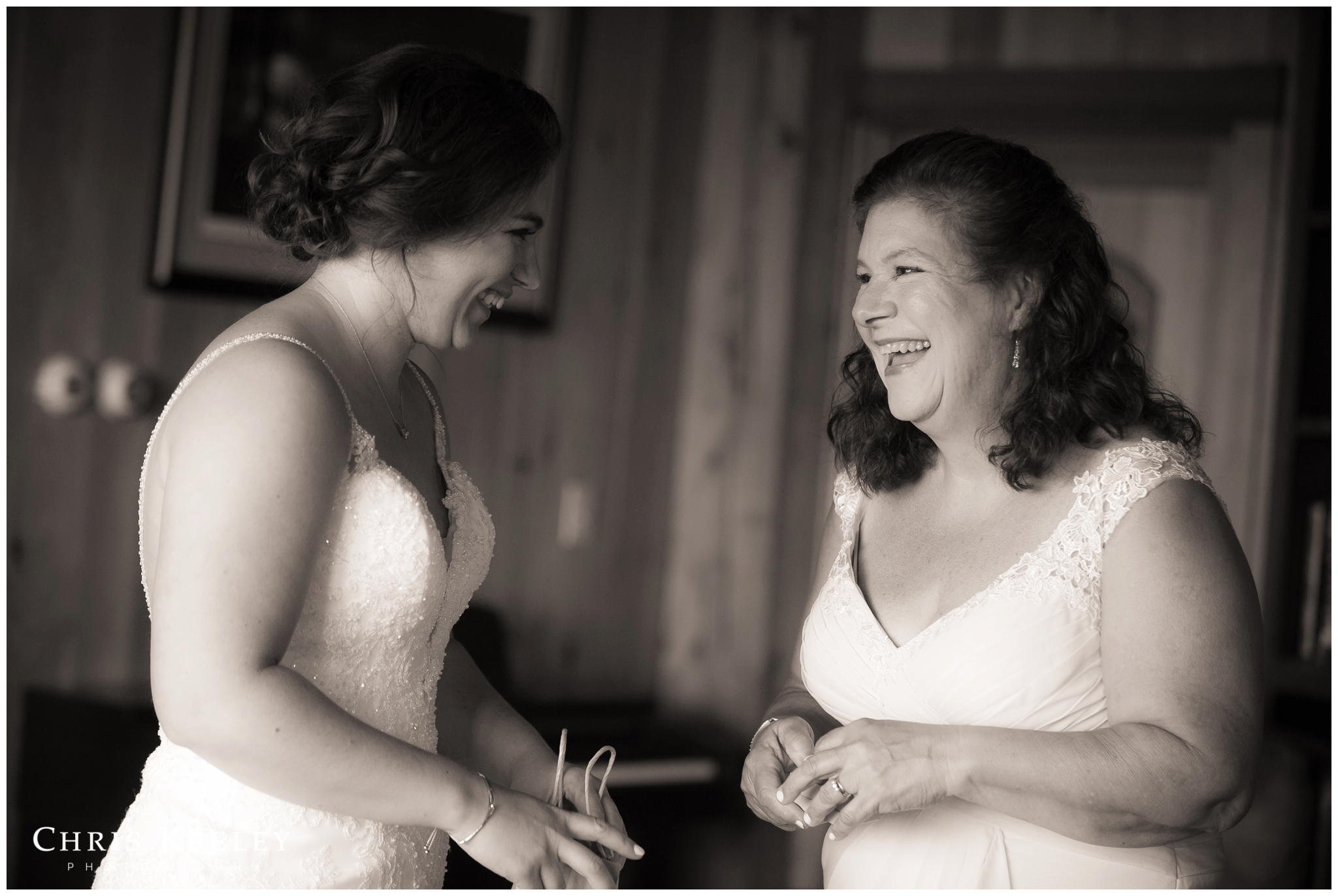bride-laughing-with-mom.jpg