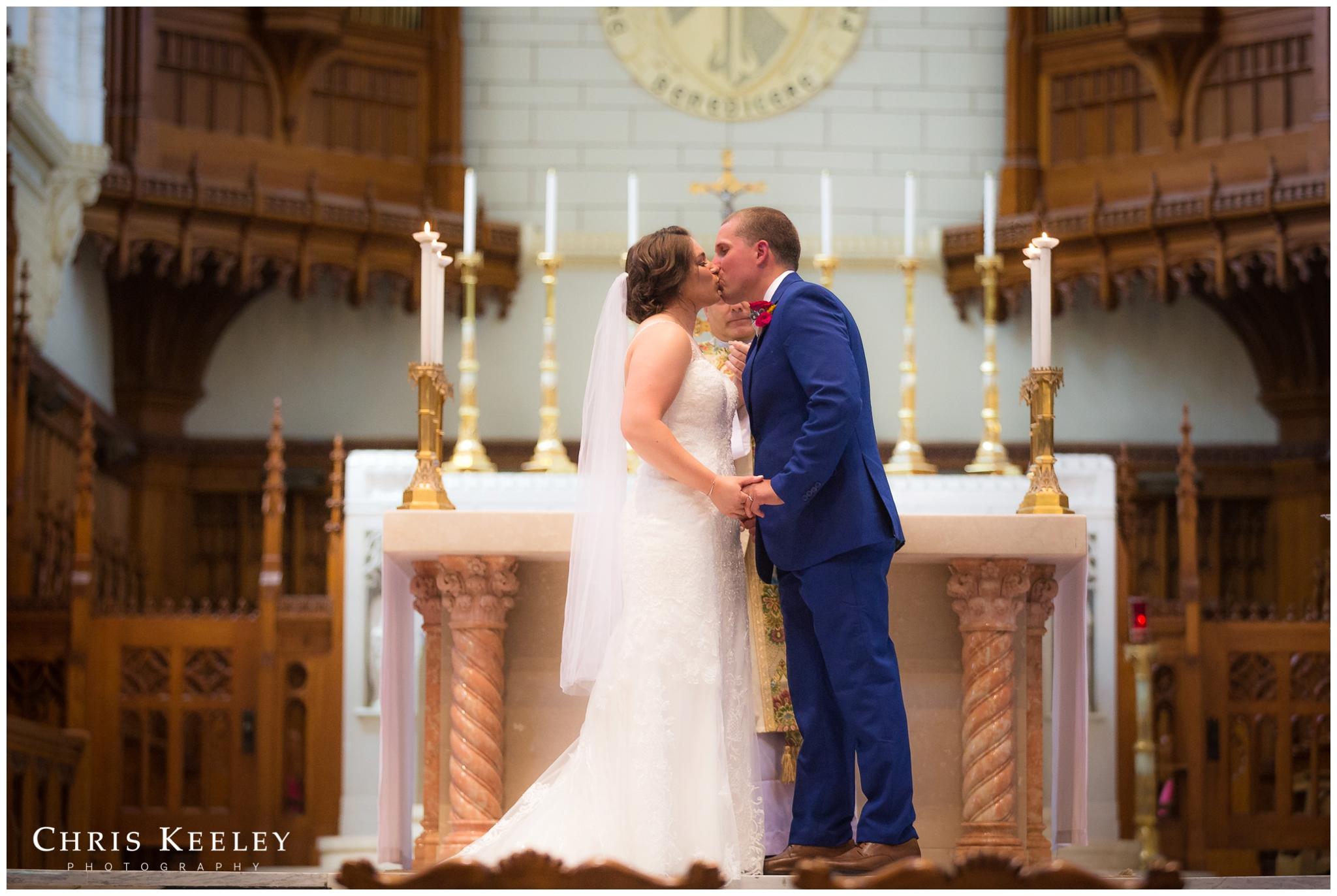first-kiss-basilica-catholic-ceremony.jpg