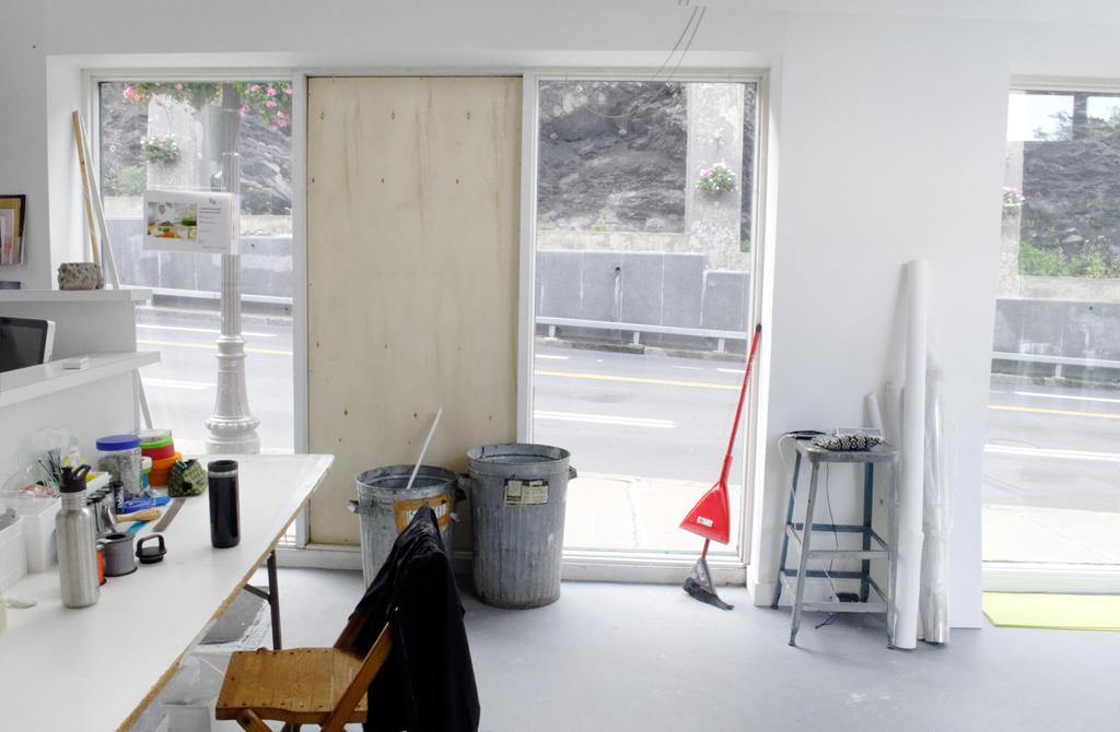 Cette nuit, l'une des vitrines a été brisée par un passant. Aucun vol. L'oeuvre était intacte.