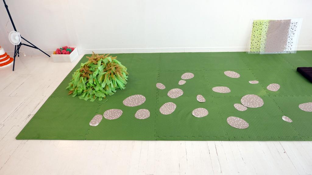 Zone d'interventions poétiques 2 : tapis vert et quelques objets.