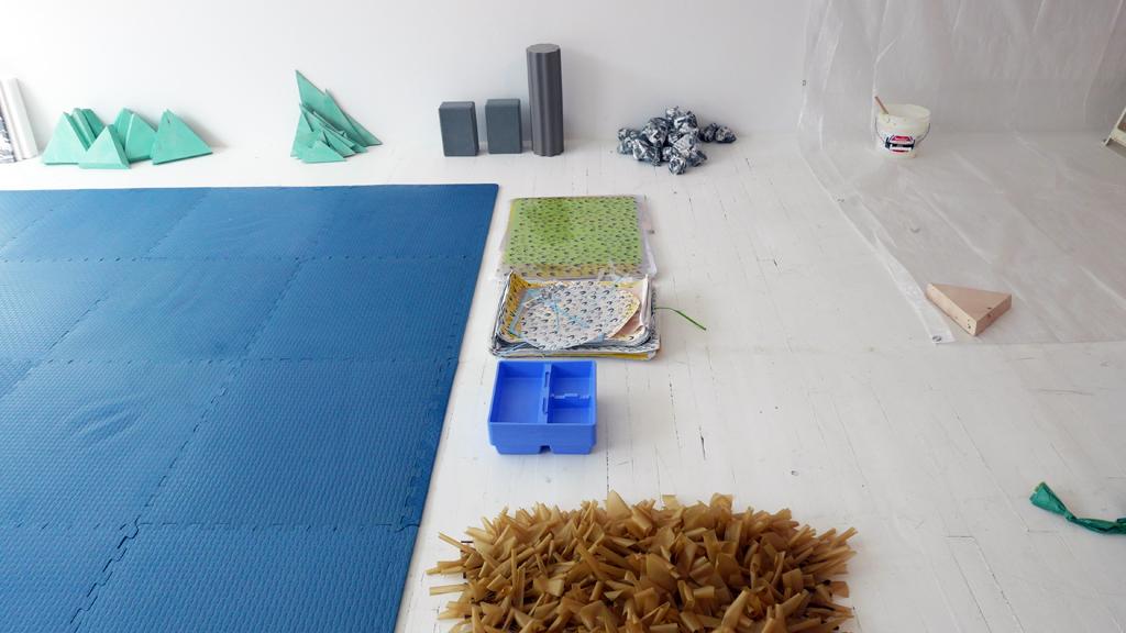 Zone de dépôt : objets et matières en attente.
