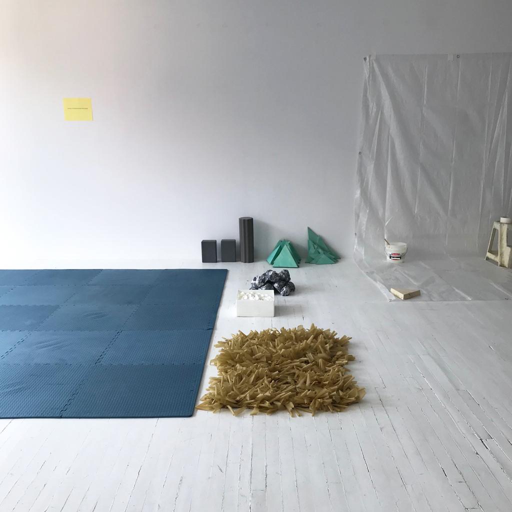 Zone d'interventions poétiques 1 : tapis bleu, bâche blanche et quelques objets.
