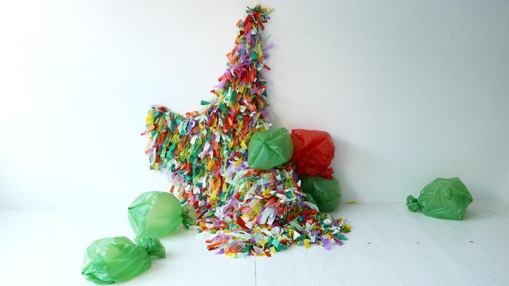 Couverture multicolore et sacs de couleurs.
