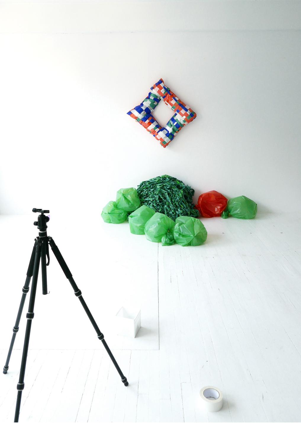 Filet vert, sacs de couleurs, coussin carré