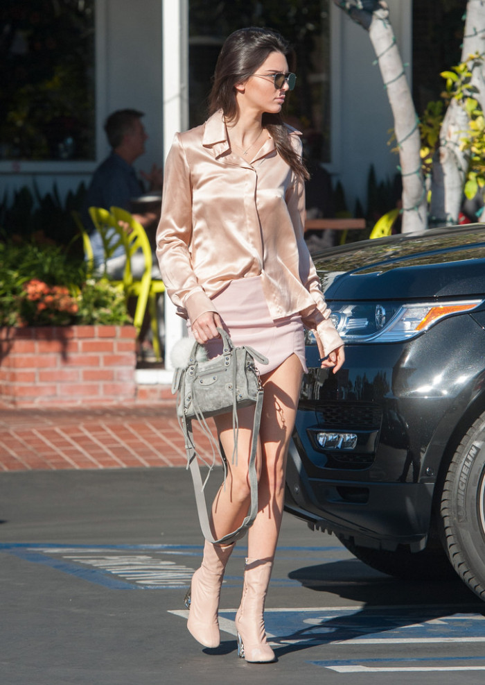 Kendall-Jenner-Kendall-Jenner-Hailey-Baildwin-sergio-hudson-acne-1-700x987.jpg