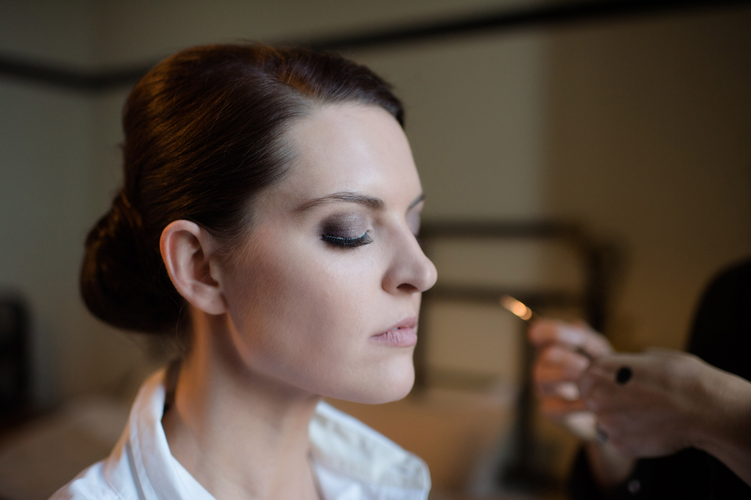 Bride gets wedding day makeup done at Chicago Athletic Association Hotel