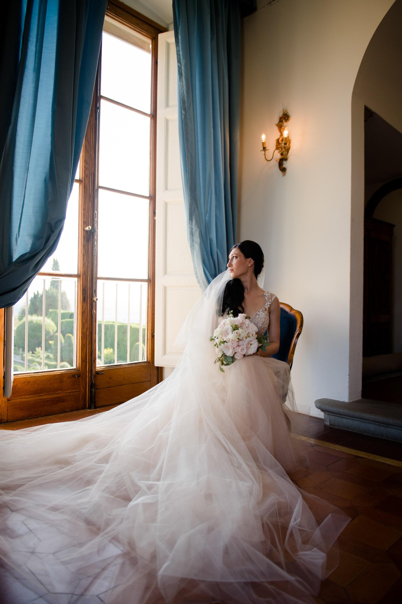 Bridal photos in Tuscany at Villa Gamberaia