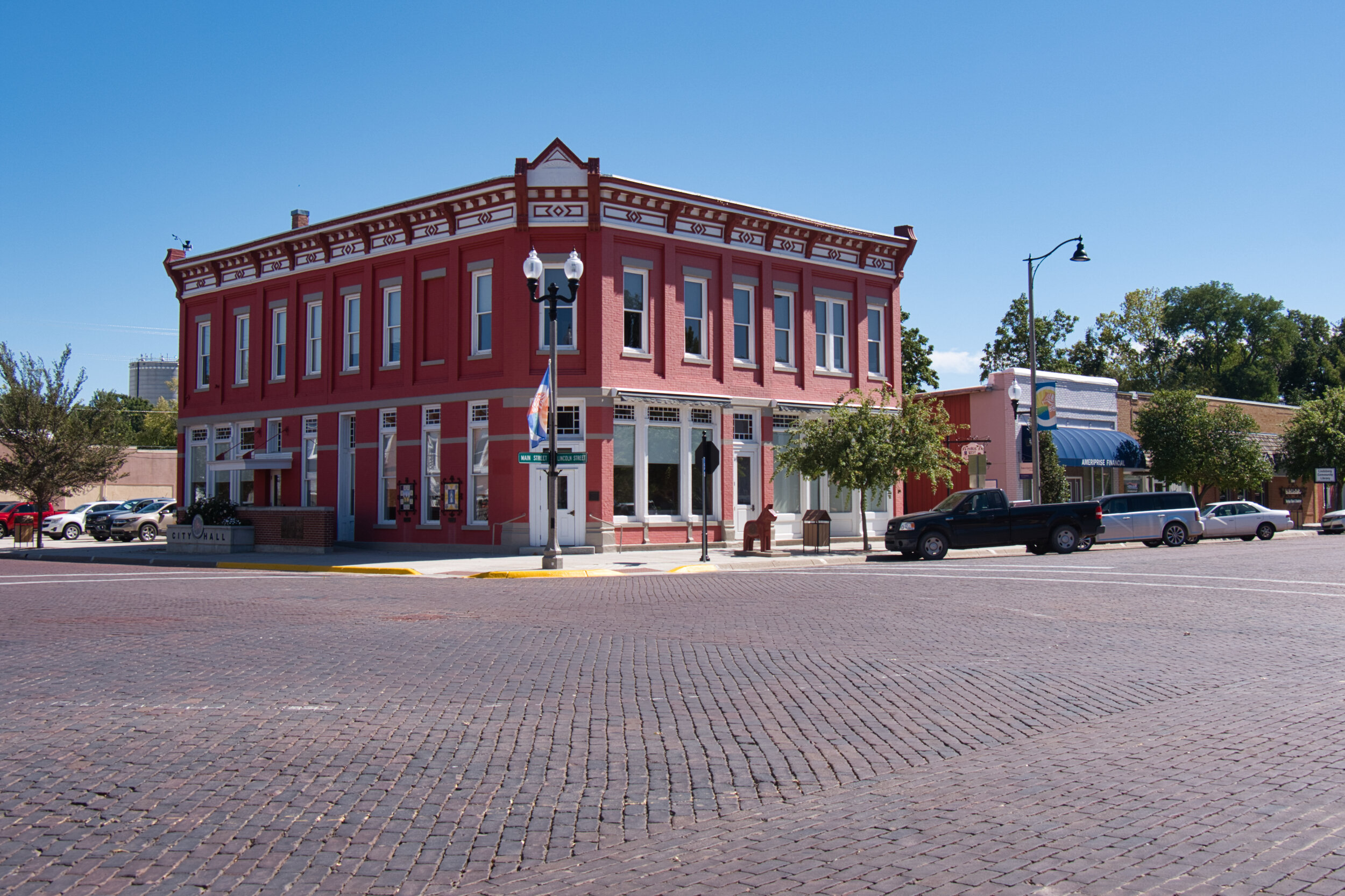 Lindsborg Ks is a stunning town with wide brick streets, neat small homes and a wonderful downtown.