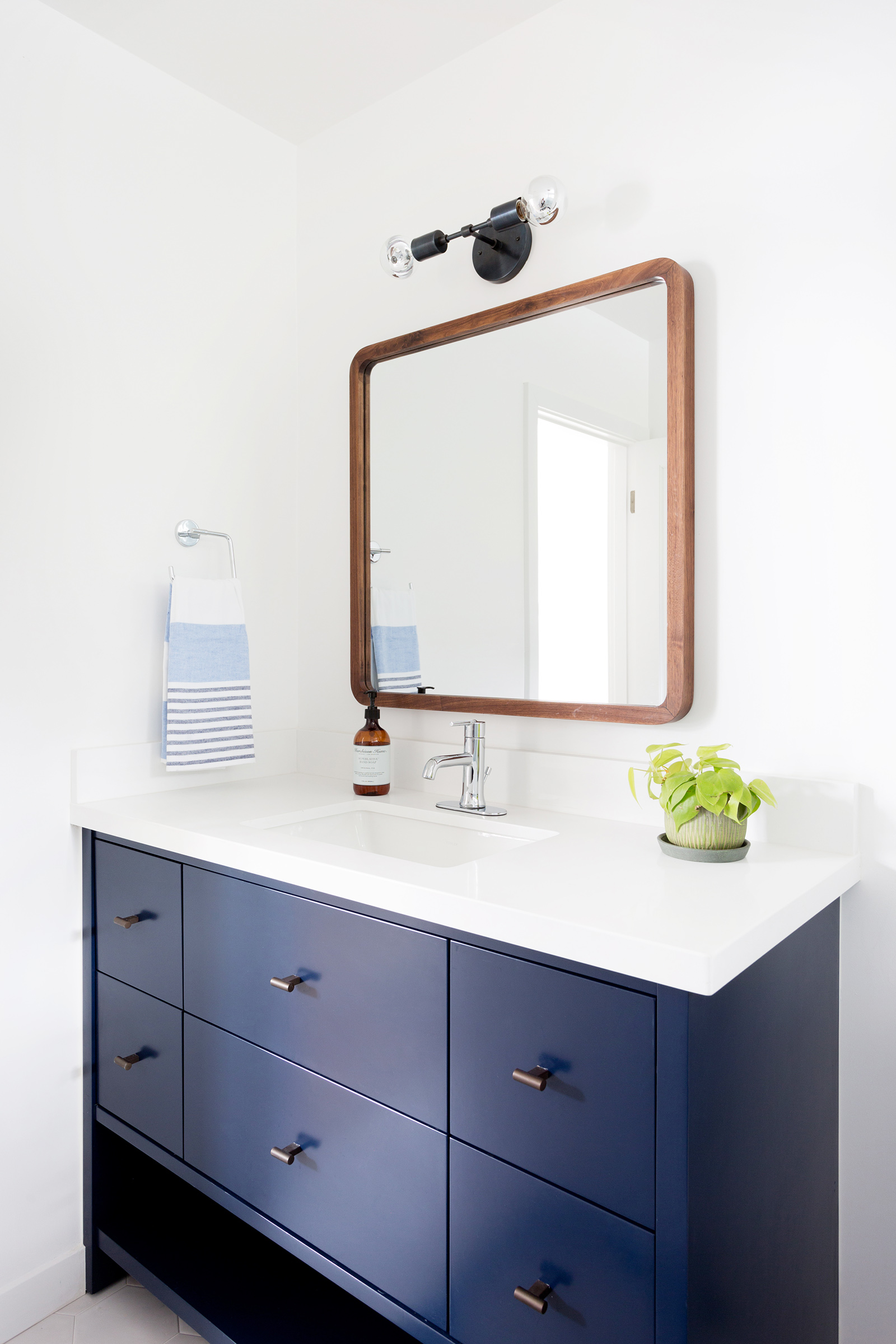 Warm modern bathroom design by Carly Waters Style