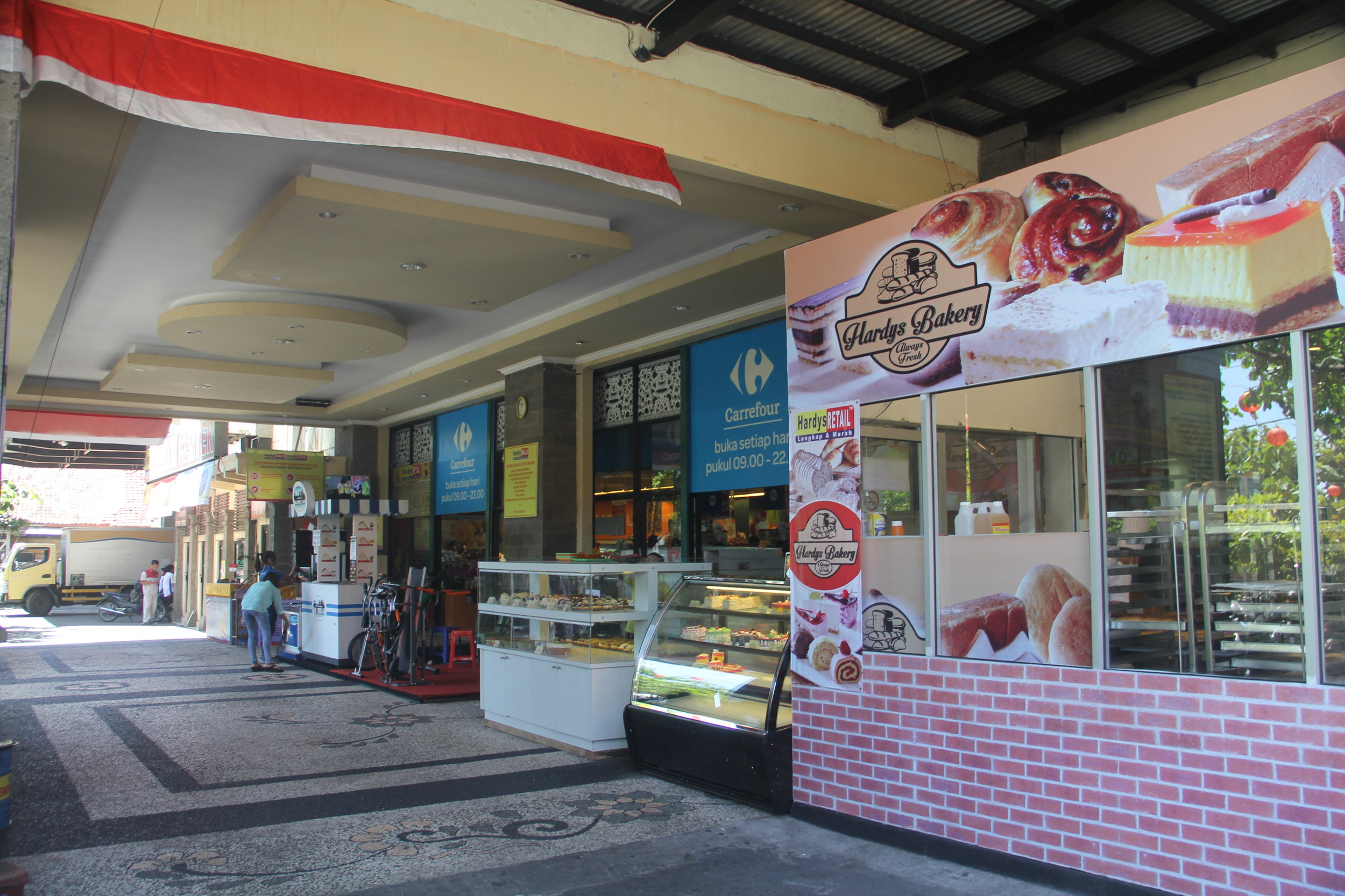 Bakery in front of Carrefour