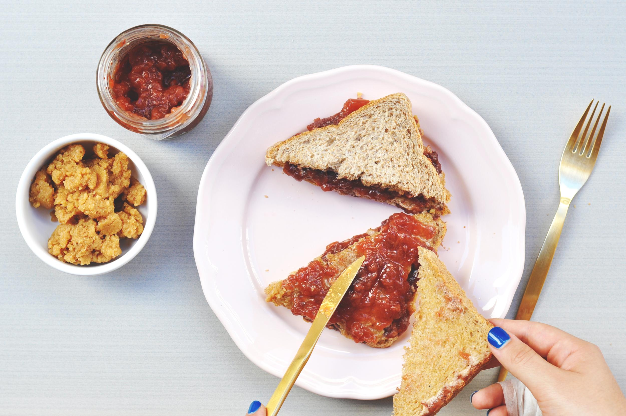 sandwich crema avellana y mermelada de fresa