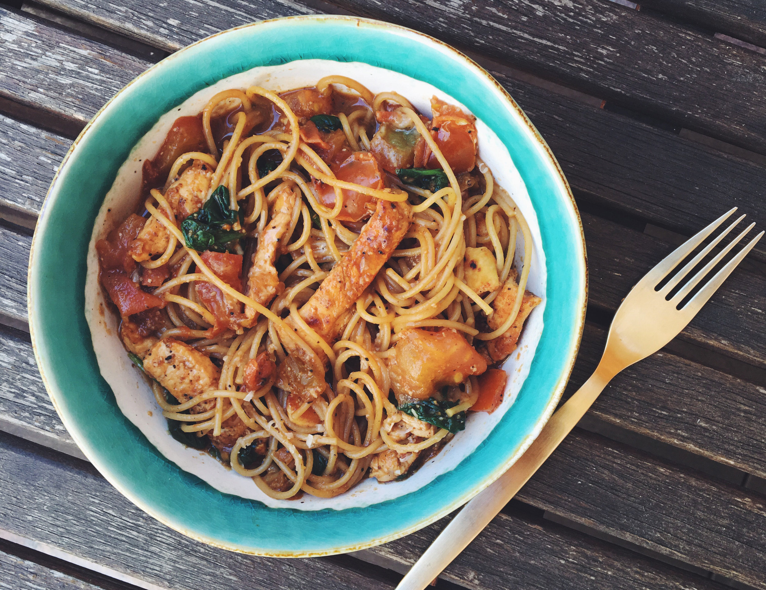 espaguetis integrales pollo tomate espinaca
