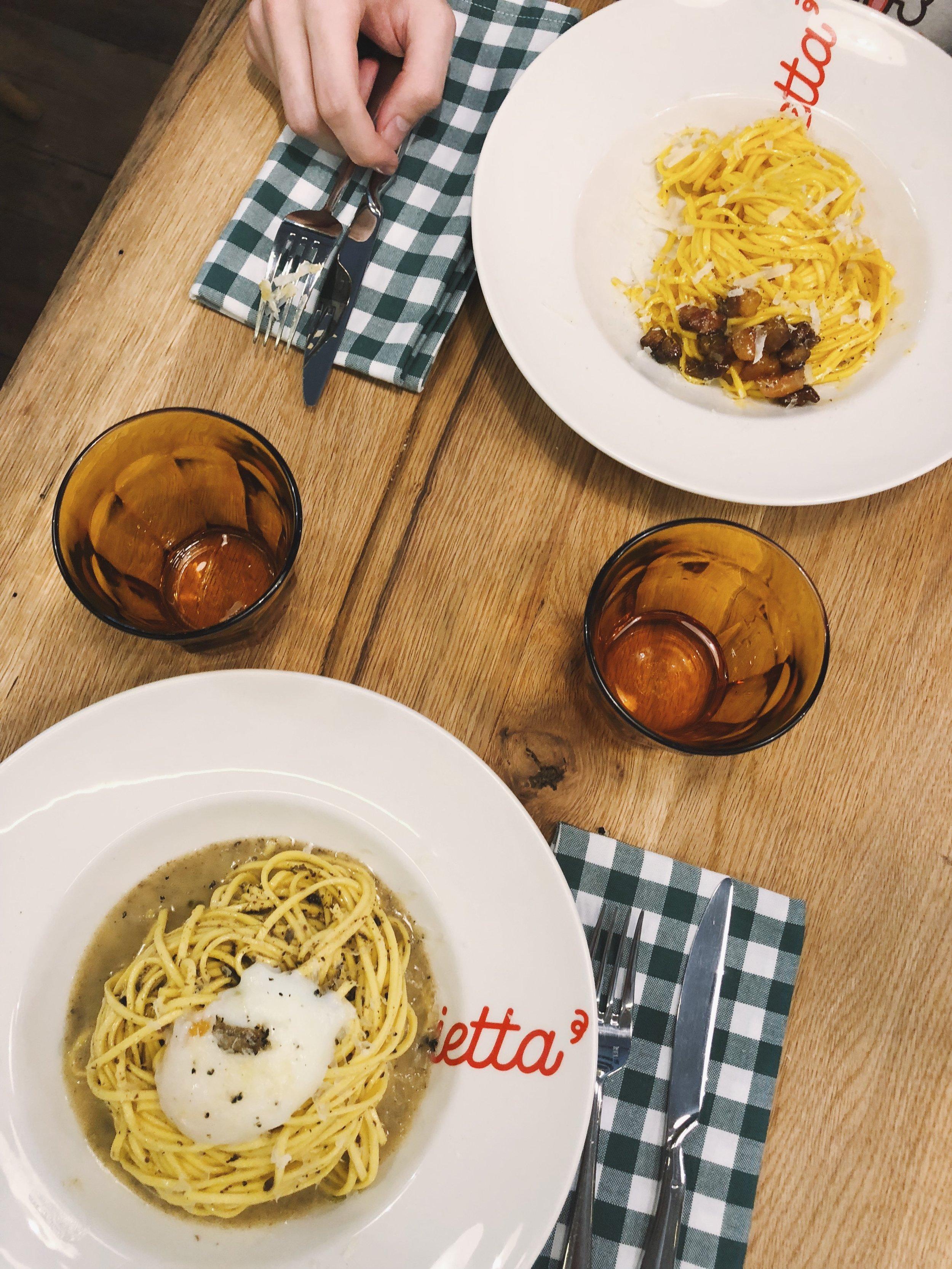 Carbonara y spaguettis con huevo poché y parmesano