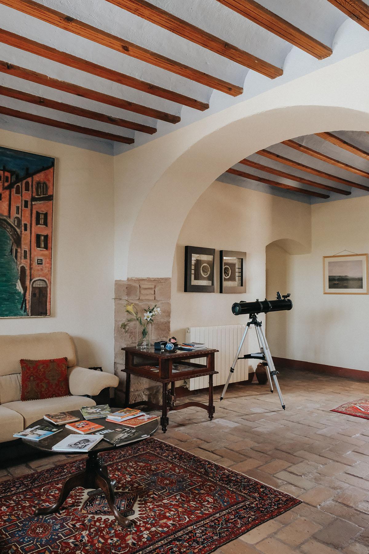 Parte del salón de la casa. Telescopio para ver las estrellas, libros, juegos…
