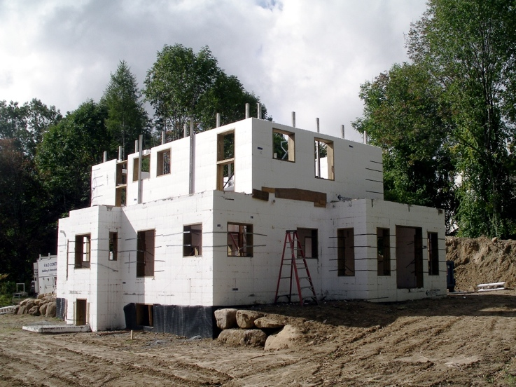 Second floor walls step back thanks to steel beams