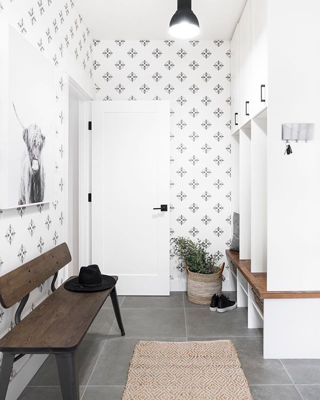 At first glance, it might seem like a simple patterned monochrome wallpaper. But that simple pattern is made up of little bees, making this mudroom beautiful and classic and whimsical all at the same time 🐝🖤✨. Designs by @smithericksondesigns are magic 👏🏻👏🏻👏🏻 // Beautiful space designed by @smithericksondesigns with construction by @miterrenovations