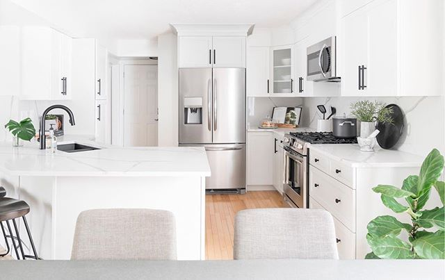 Kitchen of dreams designed by @helladesignstudio and @propertybrothers 💭💭💭 This is the very spot I poured champagne directly down the throats of Re and B, BECAUSE THEY ARE QUEENS AND THAT IS THE EXACT TREATMENT THEY DESERVE 🍾 Congrats on this beautiful design ladies! Ex oh ex oh