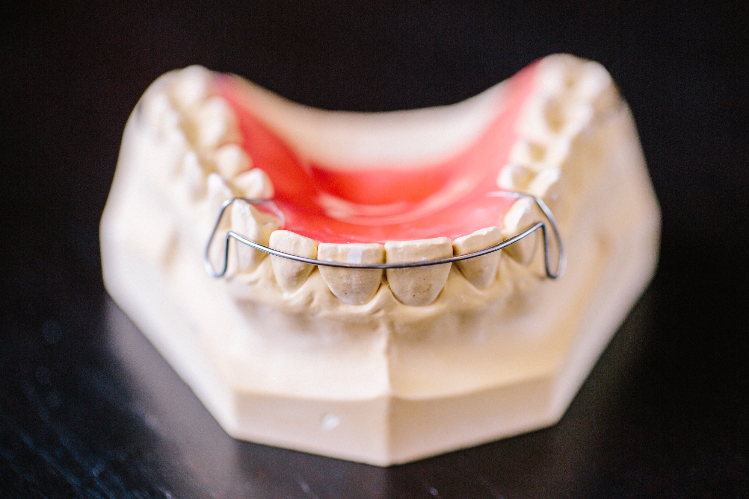 Tooth model with retainer
