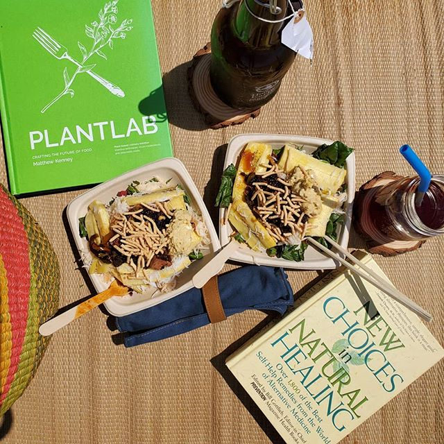 🌱 His & Hers Zero Waste lunch on the beach 🌱  It is a challenge when you take a trip somewhere and you want to pack food. Most of us just go the easy route because we don't want to do the extra work that goes along with packing so much stuff already. Plan out the meals and beverages, be mindful and pack only what is needed. Make pitchers of water and tea at home, & use reusable utensils and bowls. You will notice how wonderful you feel when you are enjoying your whole day, and you have ZERO waste, even the food and drinks even taste better! 😆  #zerowasteliving #zerowastejourney #sustainable #sustainableliving #rawfood #organicliving