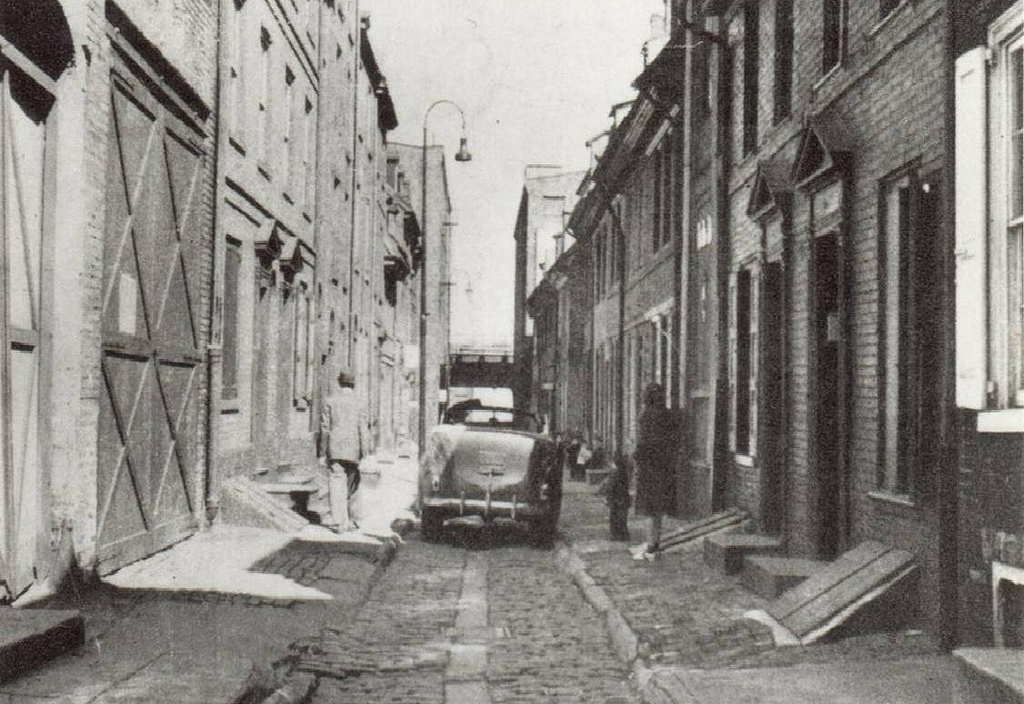 Strolling on the Alley, 1940's