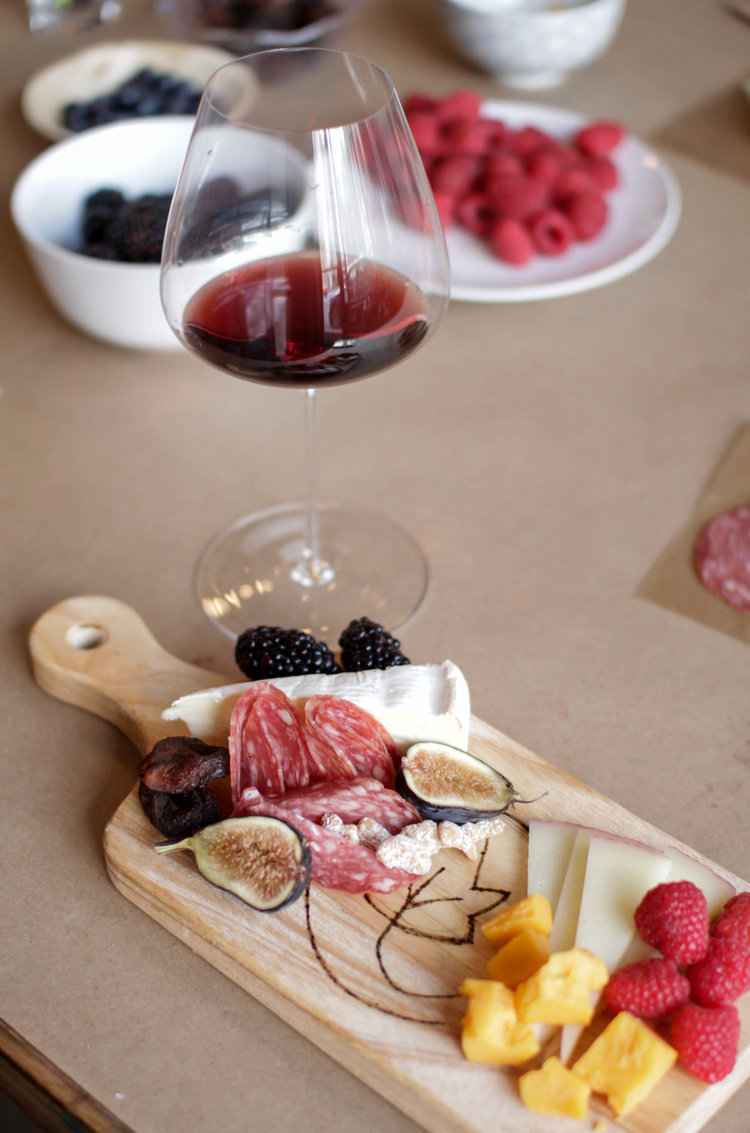 How to assemble a cheese and charcuterie board