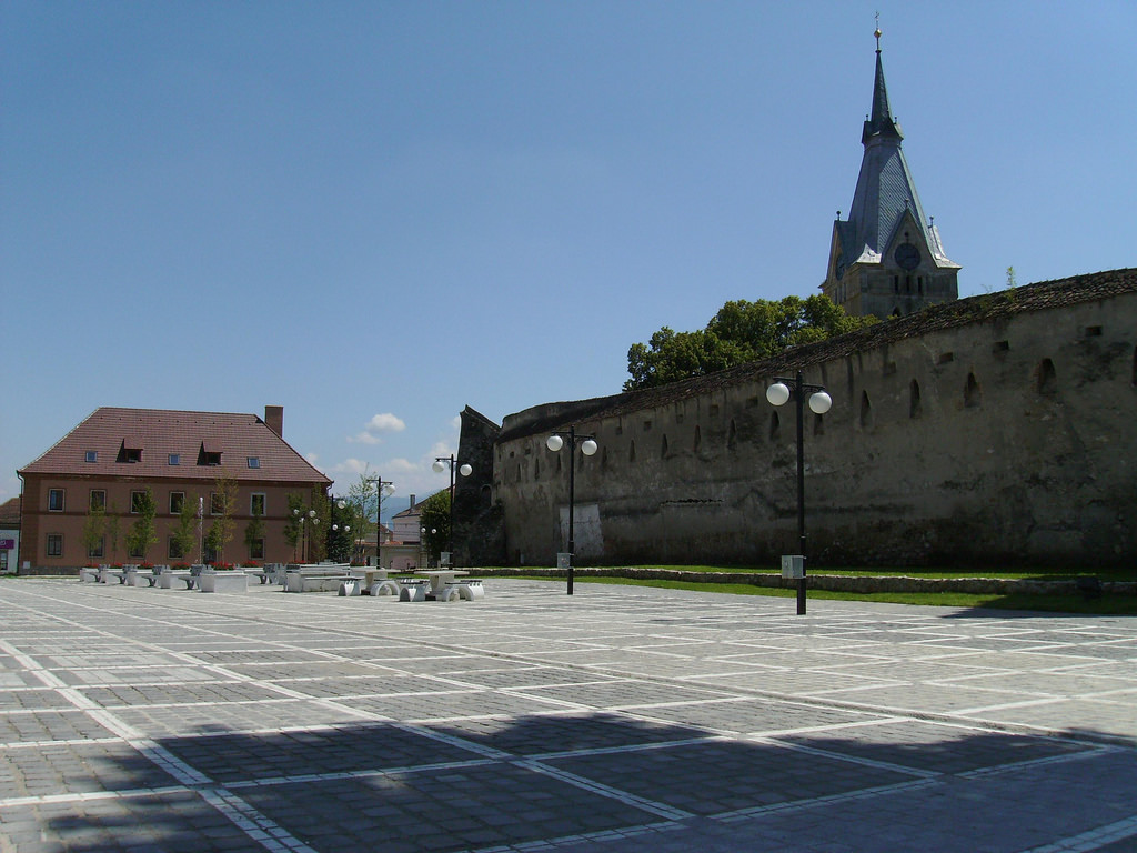 Square and Fortified Church in Codlea (copyright:  creative commons )